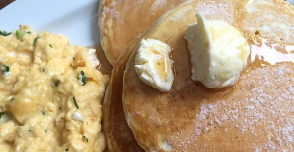 南青山クリスクロス 緑に囲まれたおしゃれカフェで絶品パンケーキモーニングを味わう
