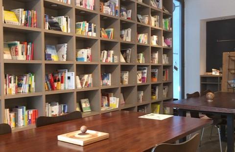 青山 ブリッサリブレリア 図書館のような静かな隠れ家カフェで物思いにふけてみました。